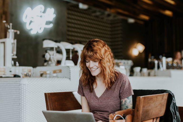 MOC AZ-104 gratuito - ragazza sorridente segue corso online in remoto