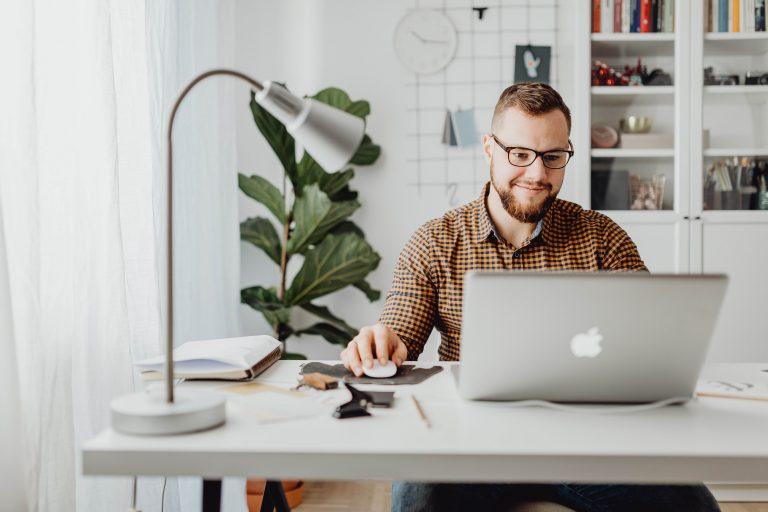 privacy e smart working - uomo che lavora in remoto da pc